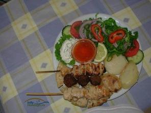 Un meniu grecesc interesant este format din frigarui (souflaki), pita, cartofi la cuptor si salata.