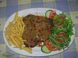 Carnea de vita fragezita este incununata de gustul specific al sosului de mustar, un pic acrisor. Desi combinatia carne-cartofi se pare ca nu este buna pentru silueta, incercati macar in vacanta! Gustul merita pe deplin! :)