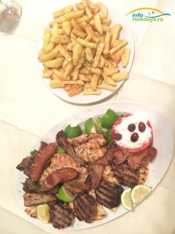 Un platou specific de carne preparata in fel si chip: Brizola ( friptura porc/vita), panseta ( fleica de porc), souzoukakia ( chiftelute sub forma micilor romanesti), loukaniko ( carnati), kotopuolo filet ( piept de pui), bifteki ( chiftea greceasca)...si lista poate continua...
