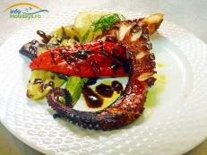 Caracatita frageda si rumena este completata de gustul legumelor proaspete trase la tigaie sau lasate la sfarait pe gratar. O minune culinara!