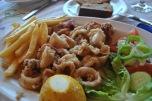 Kalamarul rondele facut pane este una din feluruile de mancare preferate atat de turisti cat si de greci.