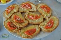 O alternativa pentru painea obisnuita este sa cereti ospatarului sa va prajeasca painea un pic si sa puna ulei de masline, usturoi si ierburi aromate. In felul acesta veti ramane surprinsi de gustul deosebit al painii.
