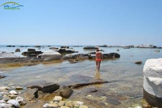 Plaja Aliki - baie in cariera. Atentie aluneca!