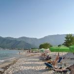 Golden Beach Thassos - plaja organizata cu sezlong-uri si umbrelute, Beach bar-uri si nisip fin. Intrare in apa lina.