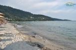 Golden Beach Thassos - In stanga plajei este o culme muntoasa si un mic port pescaresc. In spatele acestei culmi se gaseste plaja Marble Beach