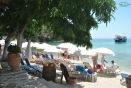 Plaja Aliki - o plaja amenajata cu sezlong-uri si umbrelute