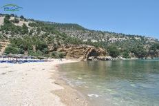 Livadi Beach Thassos - partea stanga a plajei amenajat cu sezlong-uri (contra cost) si marginit de culmi stancoase