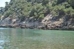 Plaja Livadi Thassos - partea dreapta a plajei, marginita de culmi muntoase. Loc recomandat pentru snorkeling si scufundari!