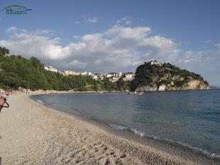 Valtos Beach Parga -partea stanga a plajei si fortareata venetiana