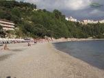 Plaja cu nisip si pietricele.Intrare lina in apa si lipsita de valuri mare parte a sezonului .