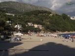 Plaja Valtos Beach este superb flancata de culmi muntoase.