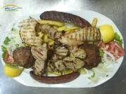 Mix Grill este impropriu spus un preparat grecesc. Este un platou care de obicei contine carne preparata pe gratar: piept de pui, souflaki(frigarui), loukaniko(carnat), bifteki(chifteluta), carne de porc sau miel. De obicei Mix Grill-ul vine insotit de garnitura ce poate fi cartofi prajiti, cartofi la cuptor, orez sau legume - in functie de dorinta celui care a comandat. Un amestec delicios de culori,gusturi si arome!