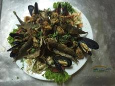 """La multe taverne acest tip de platou se numeste """"platou pescaresc"""". Acesta este compus din peste mic(gavros - tot timpul proaspat in Grecia!), alte tipuri de pesti si nelipsitele midii care pot fi prajite sau fierte. Mai exista si platouri cu fructe de mare care au pe langa peste si midii, kalamari, garides(creveti) si alte bunatati.... Platourile pescaresti sunt tot timpul o alegere buna!"""