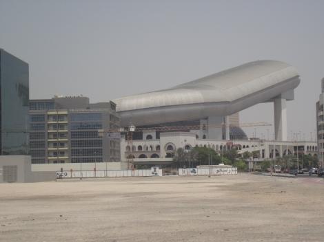 Celebra partie de schi din Mall vazuta din exterior. In Dubai puteti face baie in mare si puteti innota in Mall :)