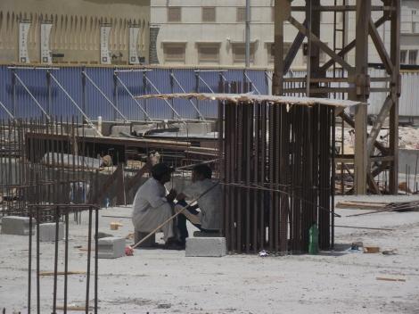 Muncitorii pe umerii carora cade greul constructiei acestui superb oras.