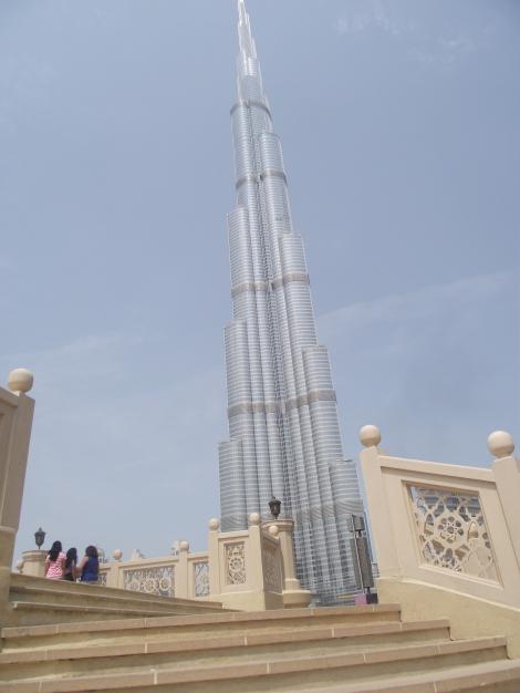Burj Khalifa - cea mai inalta cladire din lume poate fi admirata( exterior) in turul de oras. Era greu sa nu fie observata! :)