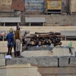 India - Varanassi - pregatirea locului pentru incinerare