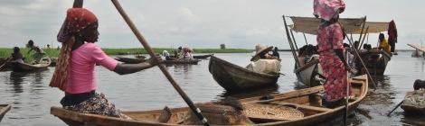 Benin - Ganvie - localnice vaslind in barci traditionale