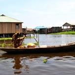 Benin - Ganvie - localnici vaslind